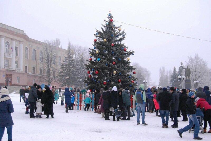 23 декабря 2016 года. Открытие ёлки в Амвросиевке на площади им. Ленина. Фото Н. Бродяного.jpg