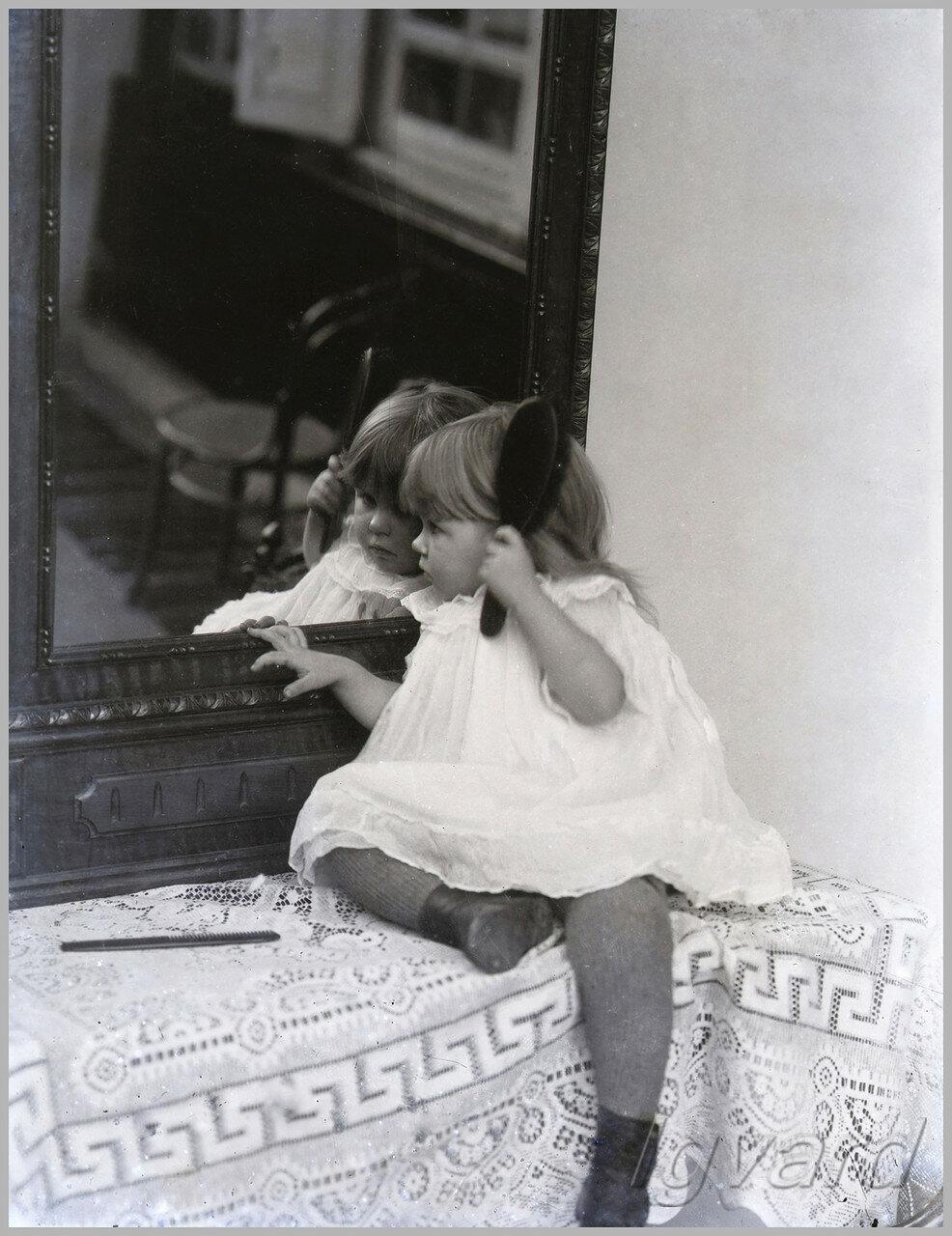 Девочка у зеркала (конкурсное фото Алексея Васильевича Барышникова)