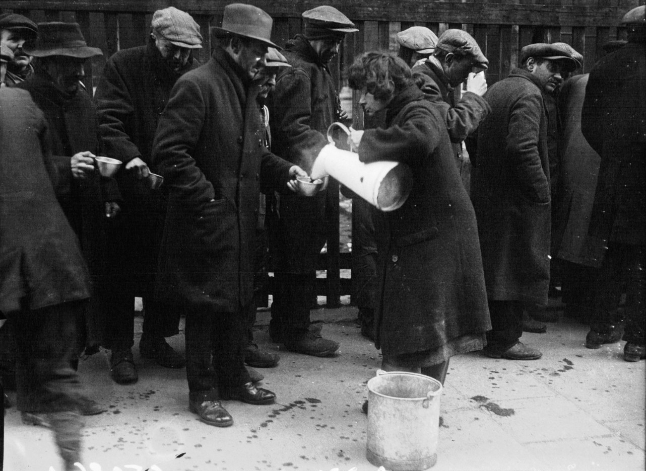 1929. Раздача бесплатного супа на парижских улицах