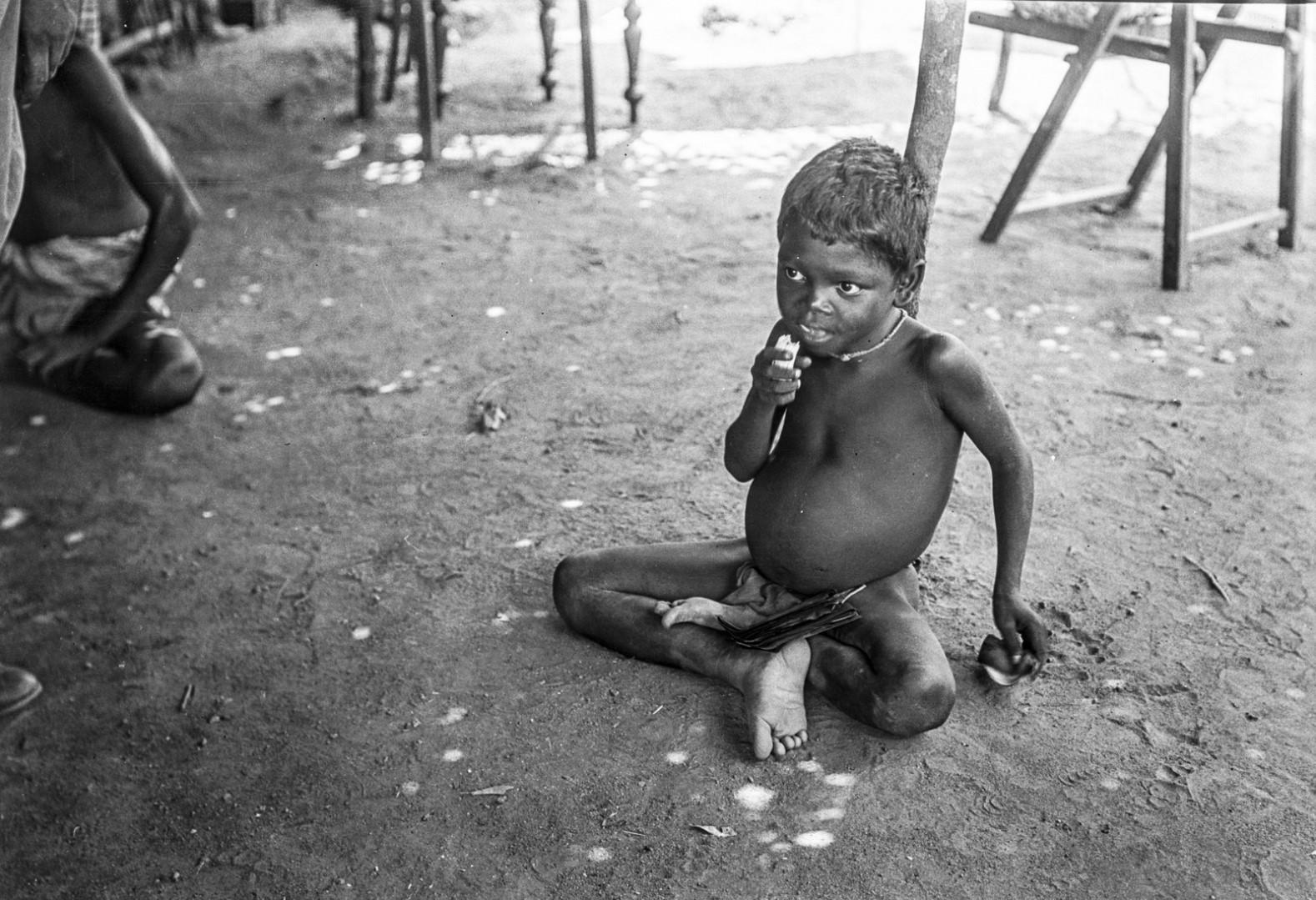 402. Мадугалла. Местный ребенок поглощает полученный банан