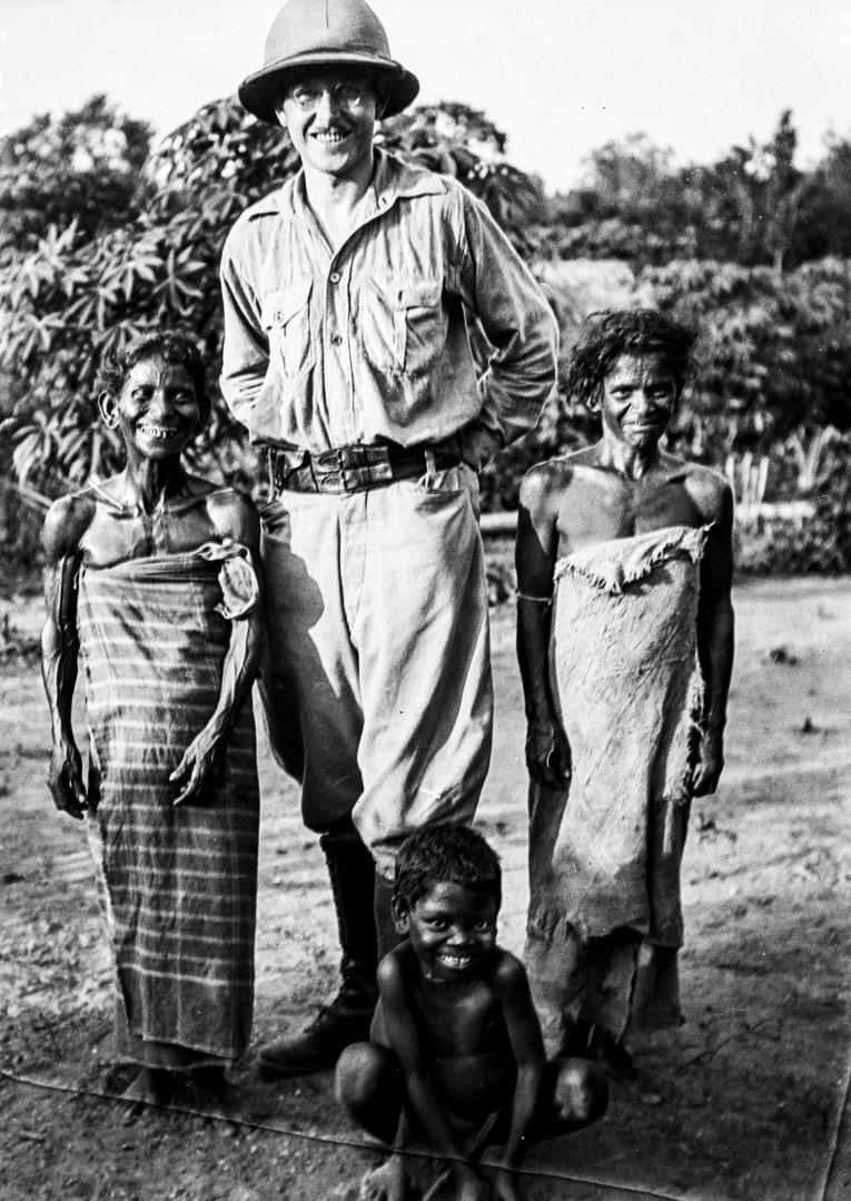 405. Руководитель экспедиции Эгон фон Эйкштедт в тропическом костюме стоит между двумя женщинами веддами