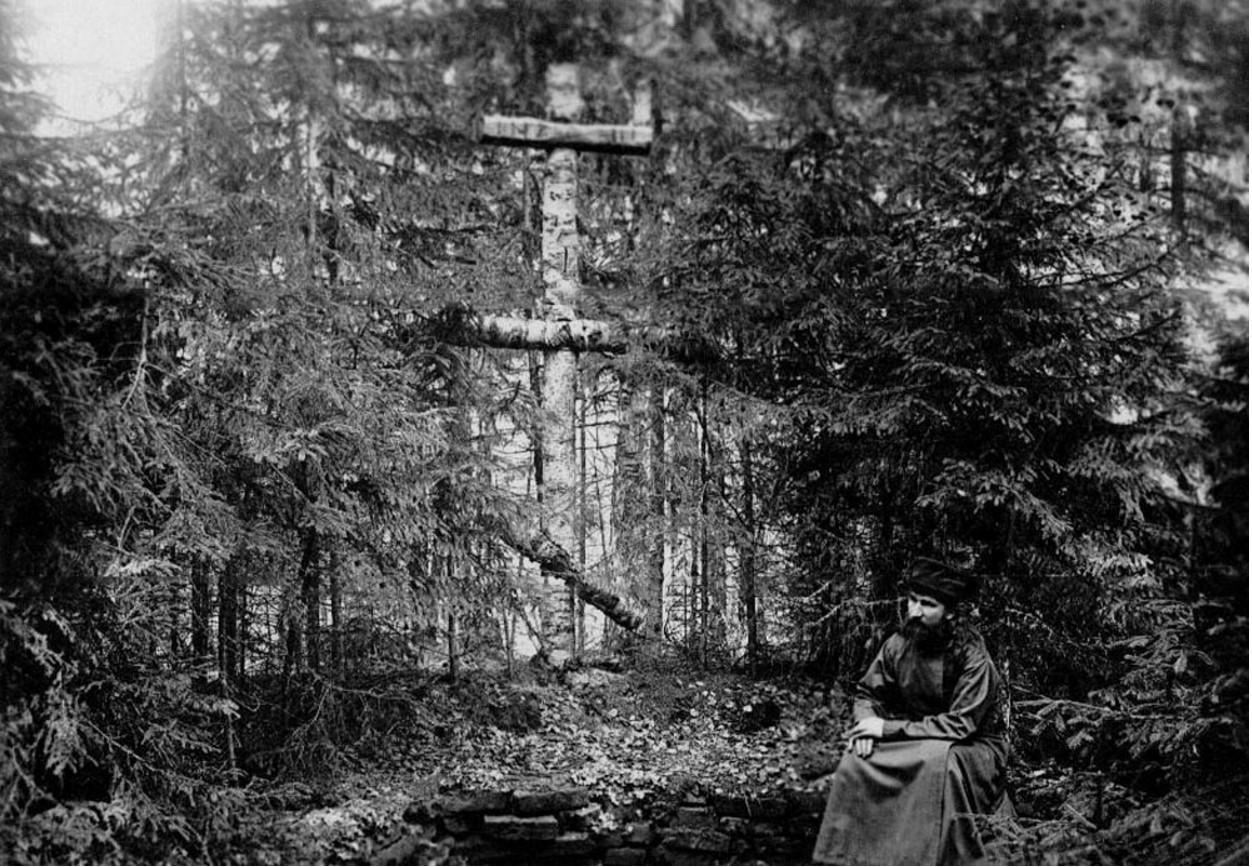 21. Монах у деревянного креста, поставленного в лесу первыми монахами