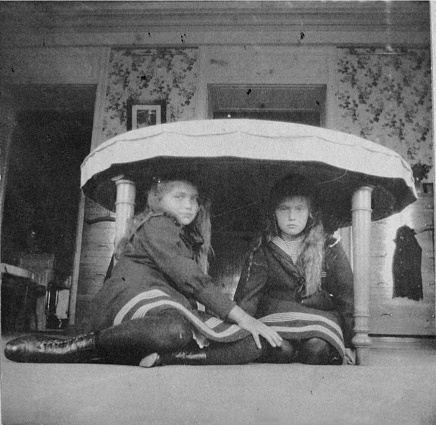 1908. Вел. Кн. Мария и Анастасия в Нижней даче