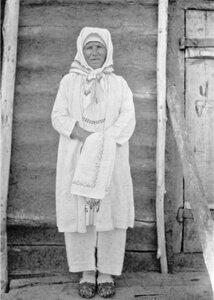 Середневка. Женщина в старомодной одежде