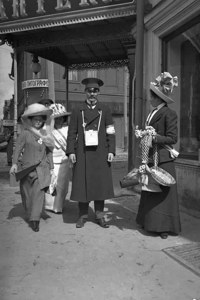 Праздник белого цветка. 1912. Возле аптеки Бренинга
