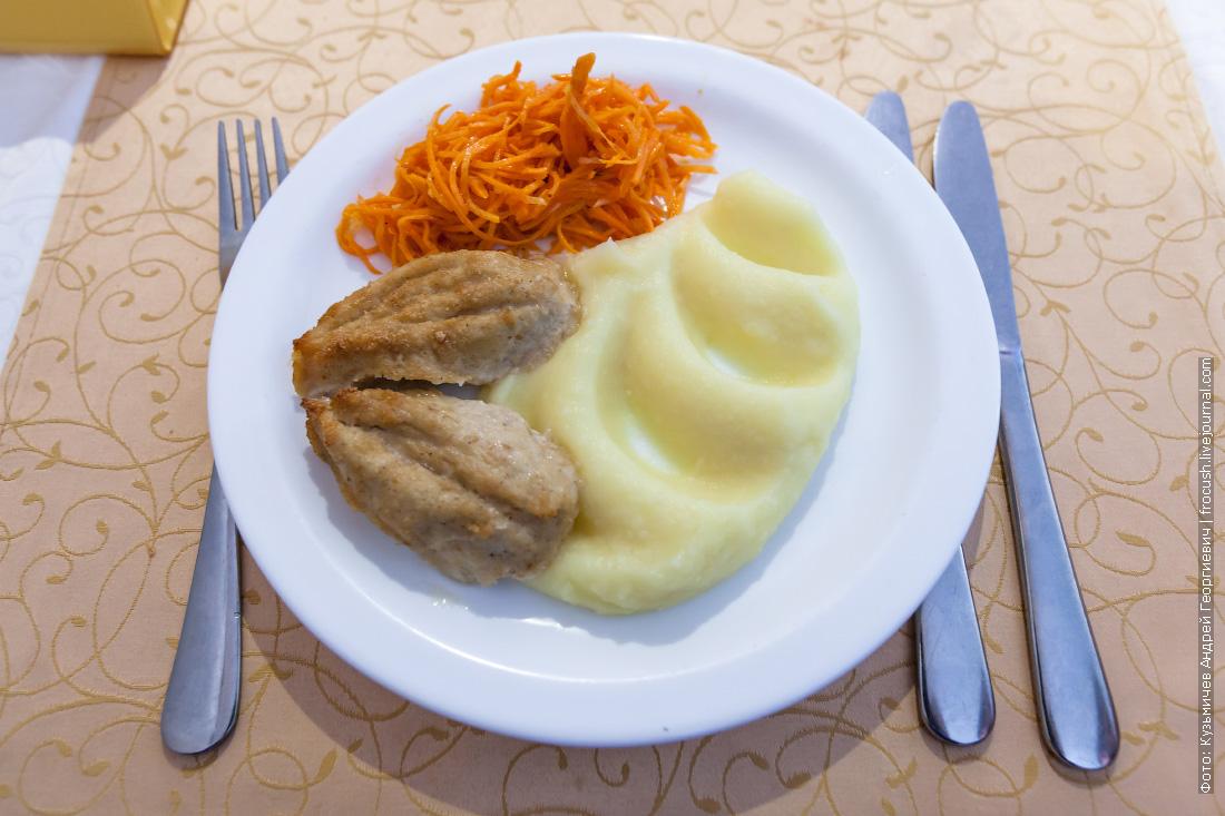 Котлета «Пожарская», картофельное пюре, морковь «по-корейски»