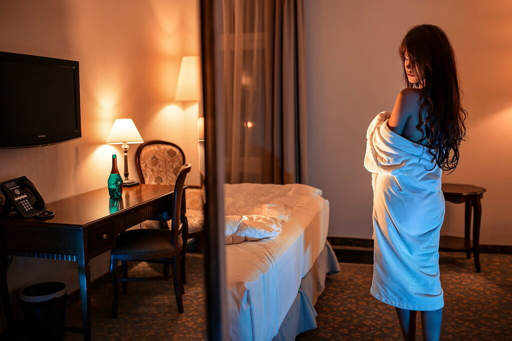 Красивая девушка в номере отеля