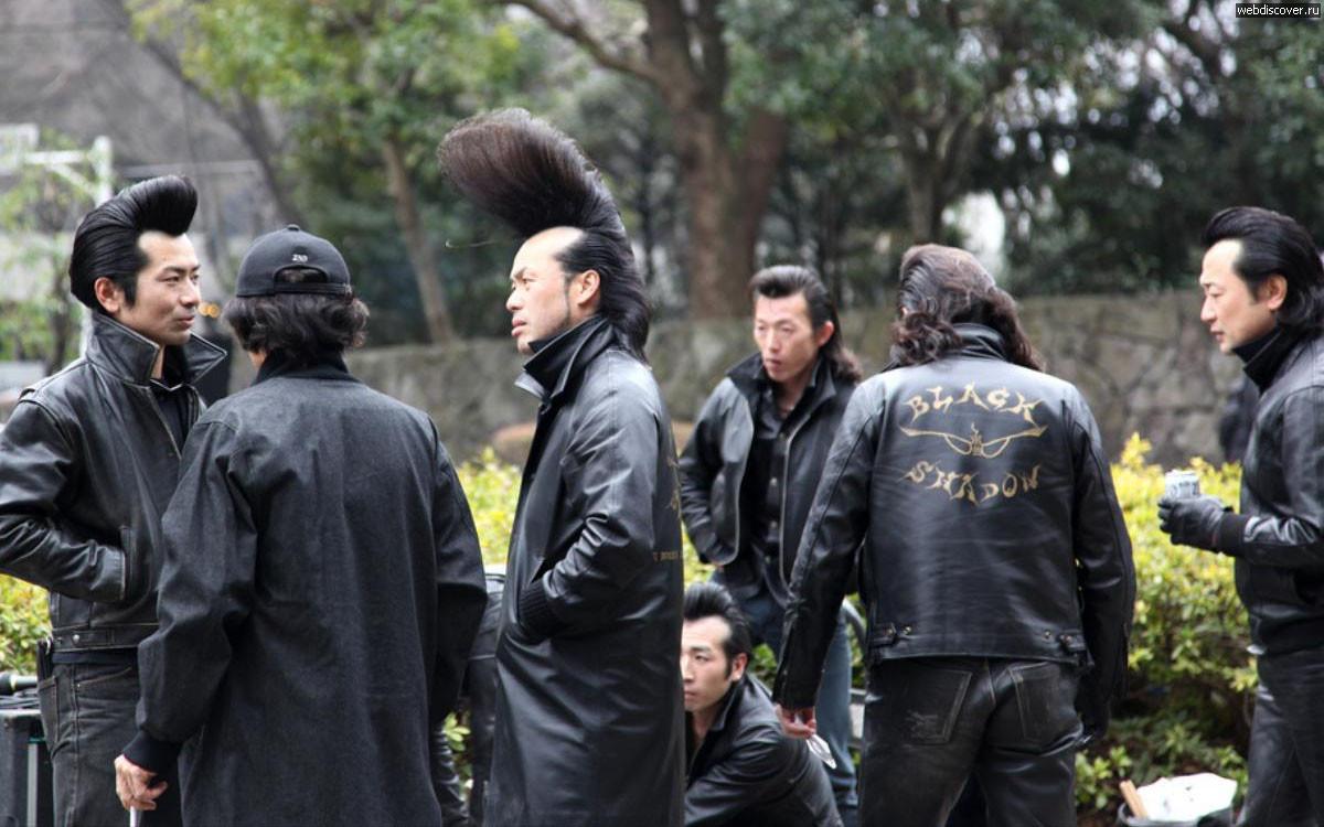 Член японской мафии взглянула