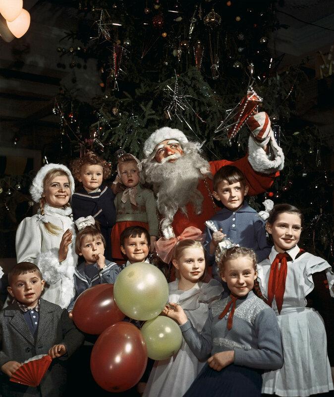 1960 Дед Мороз и Снегурочка в одном из московских клубов. Давид Шоломович, РИА Новости.jpg