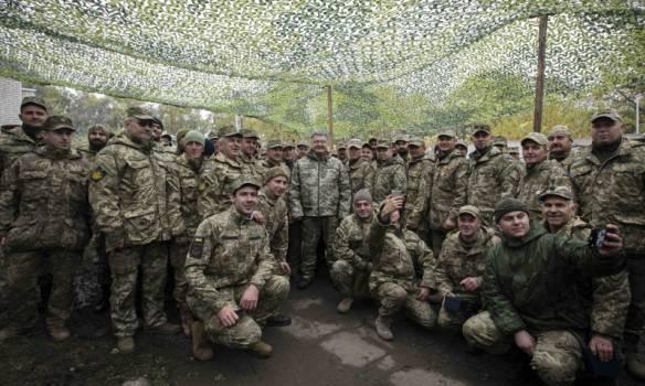 Украинская армия способна защитить украинское государство: Порошенко вручил награды бойцам шестой волны мобилизации