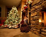 christmas_tree_ornaments_fireplace_gifts_home_cosiness_garland_christmas_65841_1280x1024.jpg