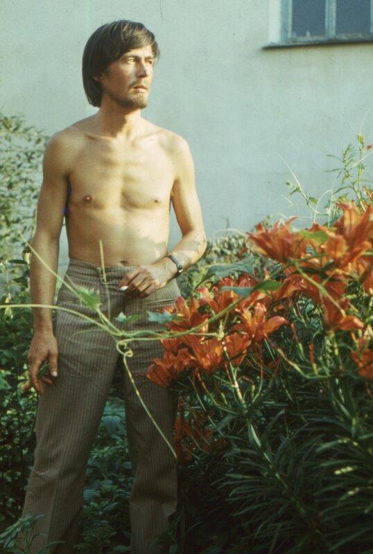 Воткинск, мб 1979 г. Валера Чебкасов у нас в цветнике