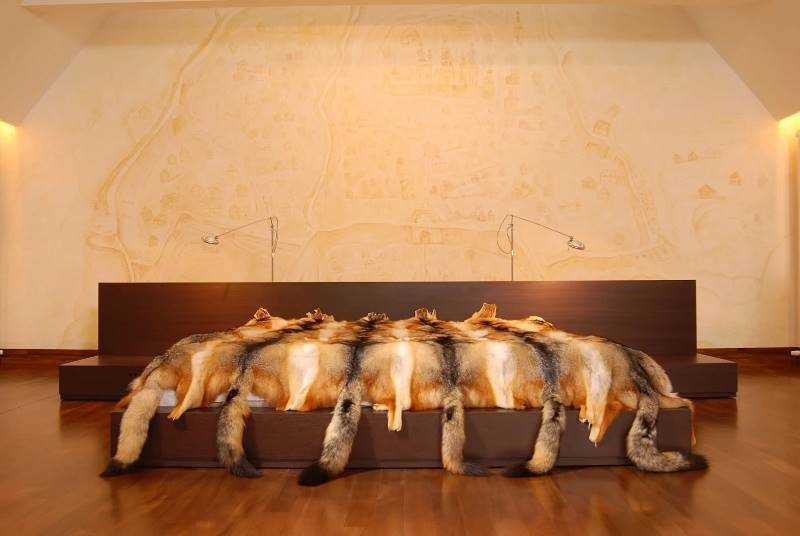 А еще в квартире практически весь текстиль (ковры, обивка диванов и стульев, покрывала, подушки) изг