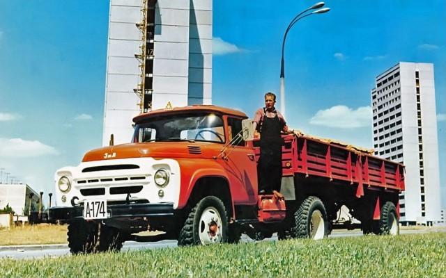 Еще одно ответвление — трехосный ЗИЛ-133 (на фото ЗИЛ-133ГЯ). Этот автомобиль был нужен заводу
