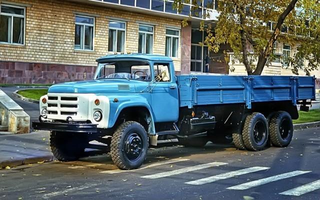 Самый известный родственник 130-го — армейский ЗИЛ-131. Полноприводный трехосный 131-й демонст