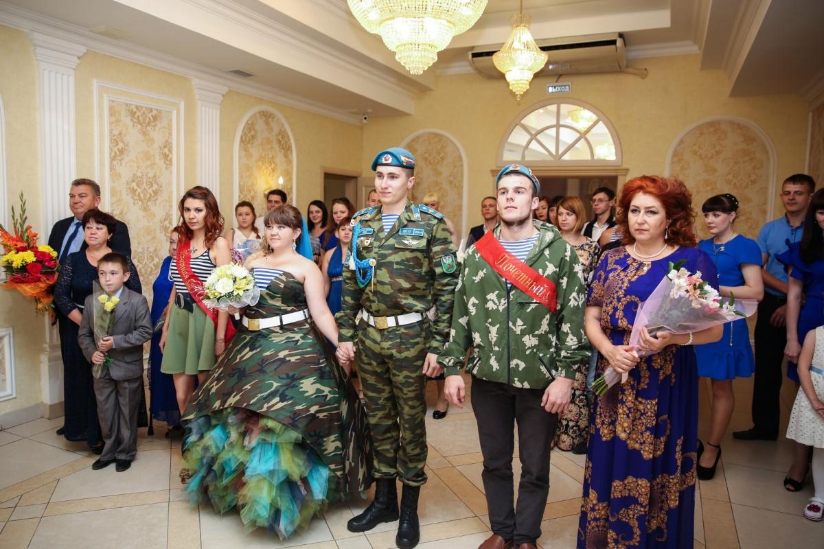 Камуфляжное платье, береты и тельняшки: в Омске прошла свадьба в стиле ВДВ (4 фото)