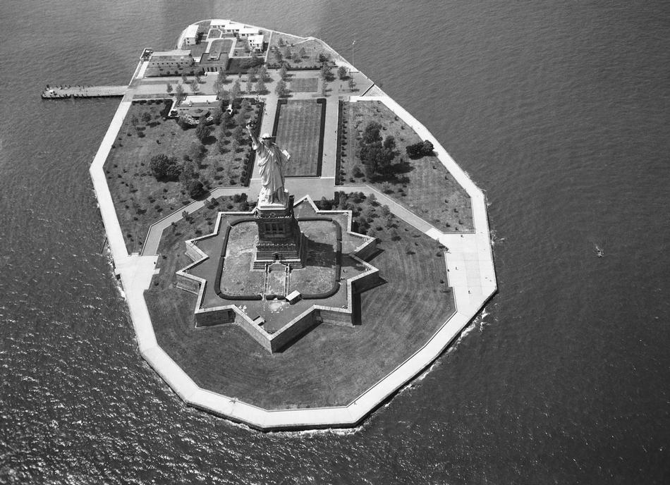 26. Вид на статую Свободы и Либерти-Айленд с воздуха. (AP Photo / Dave Pickoff)