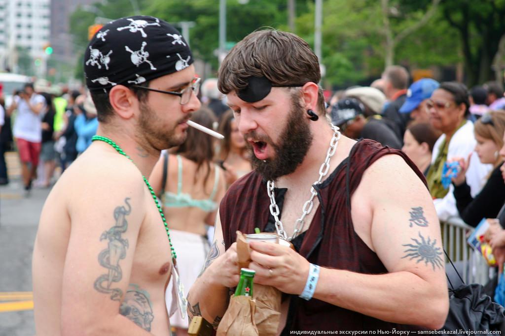 73. Распивать алкоголь на улицах Нью-Йорка запрещено. И даже коричневые пакетики не помогут. Но на п