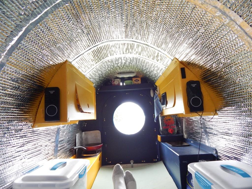Благодаря куполообразной крыше акустика в домике замечательная.