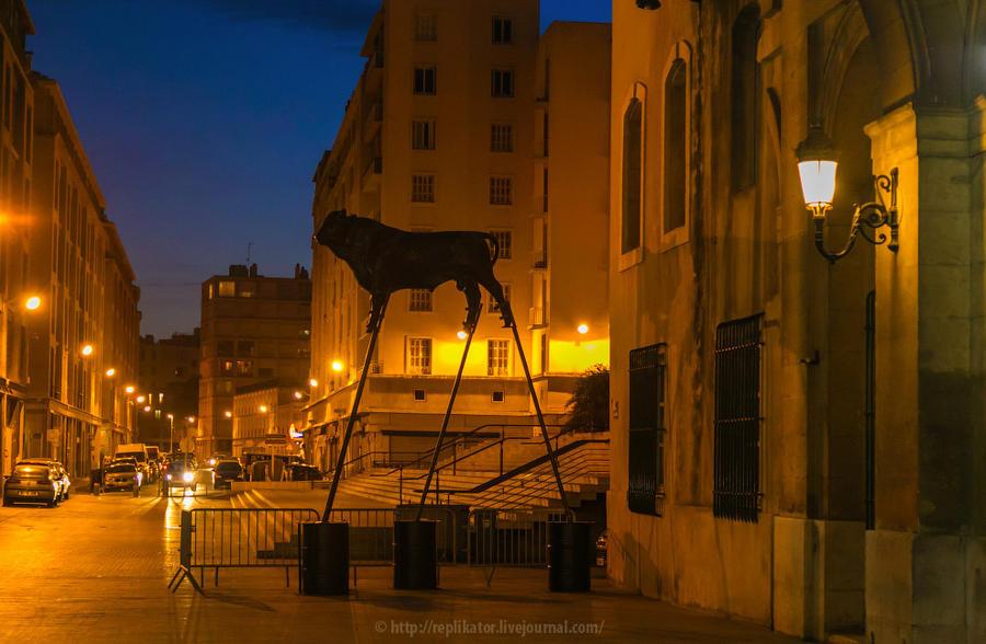 19. Гуляешь ночью по Марселю, и тут бык на ходулях переходит дорогу. Ничего необычного.