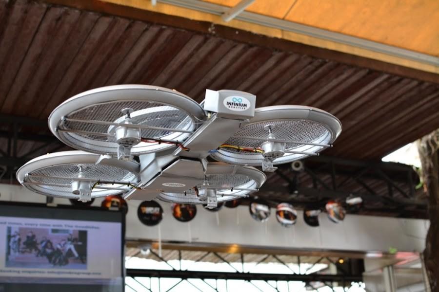 3. Помимо роботов в ресторане также трудятся и обычные официанты, ведь дроны могут лишь доставить за