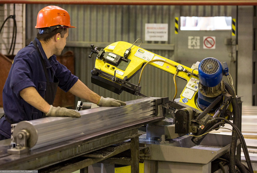 07. А теперь пройдем и посмотрим, как делают металлические детали будущего вагона. Это лист мет