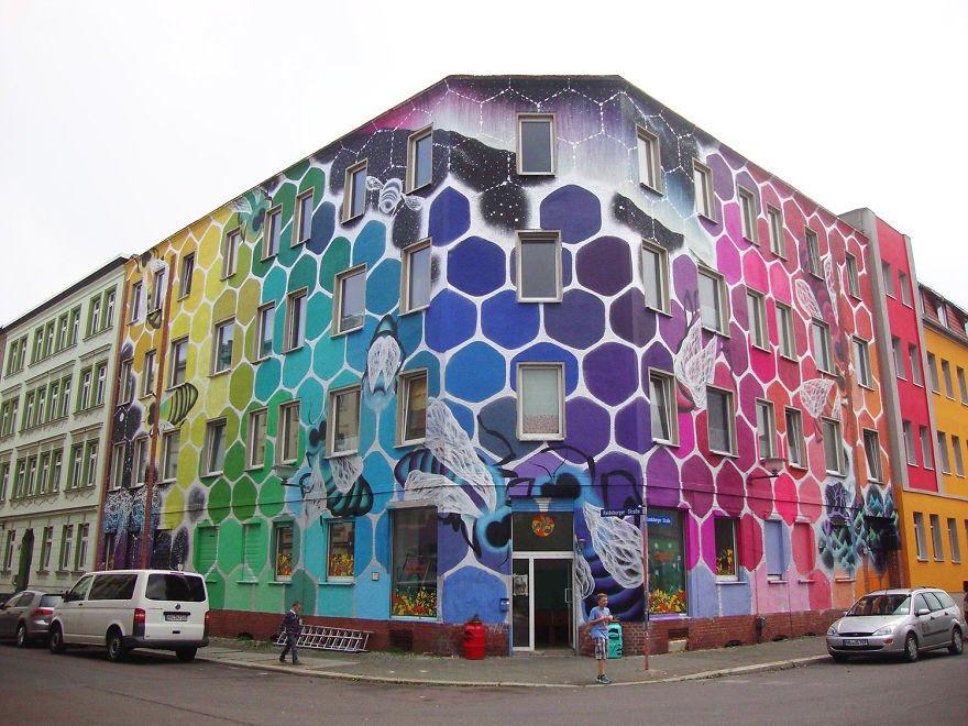 Яркие соты на фасаде обычного здания (14 фото)