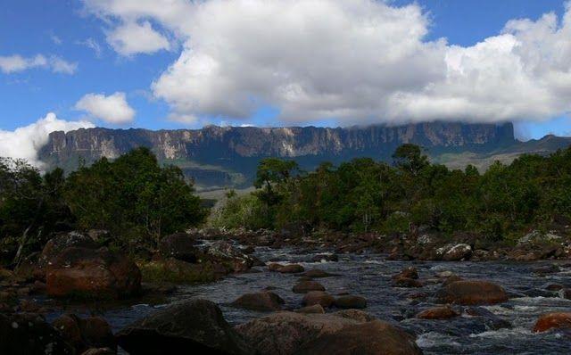 И еще Рорайма — это собрание удивительных по красоте ландшафтов: горы, реки, саванны и джунгли