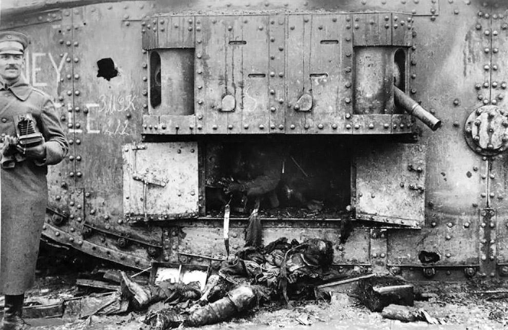 Люди в противогазах в Месопотамии в 1918 году. (Фото Bibliotheque nationale de France):