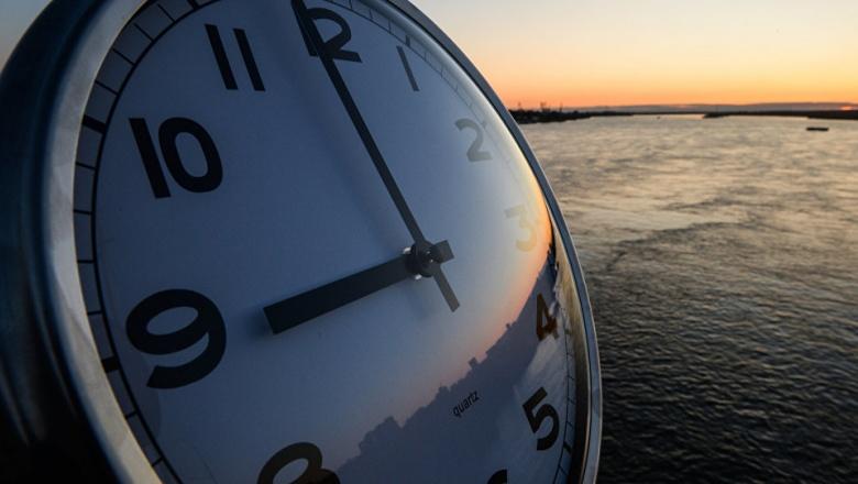 Украина перешла на зимний период: стрелки часов перевели начас назад