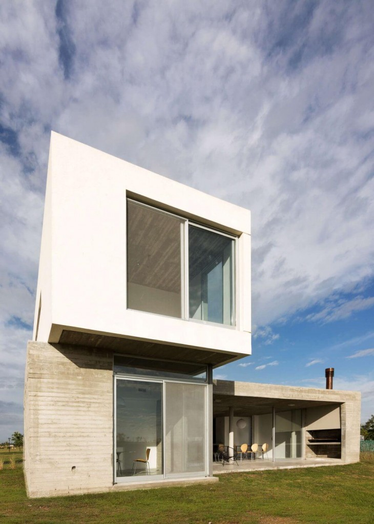 The CG342 House was conceived upon the request of a young professional to be built on a lagoon lot l