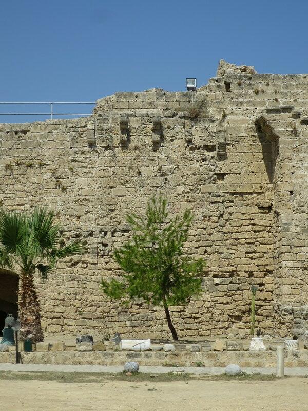 Следы каменной галереи вдоль западной стены