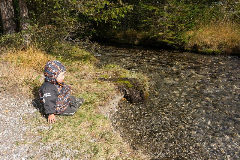 ребенок и ручей в Альпах