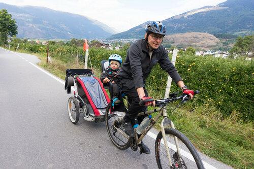 перевозка ребенка в велокресле и велоприцепе Thule в велопоходе
