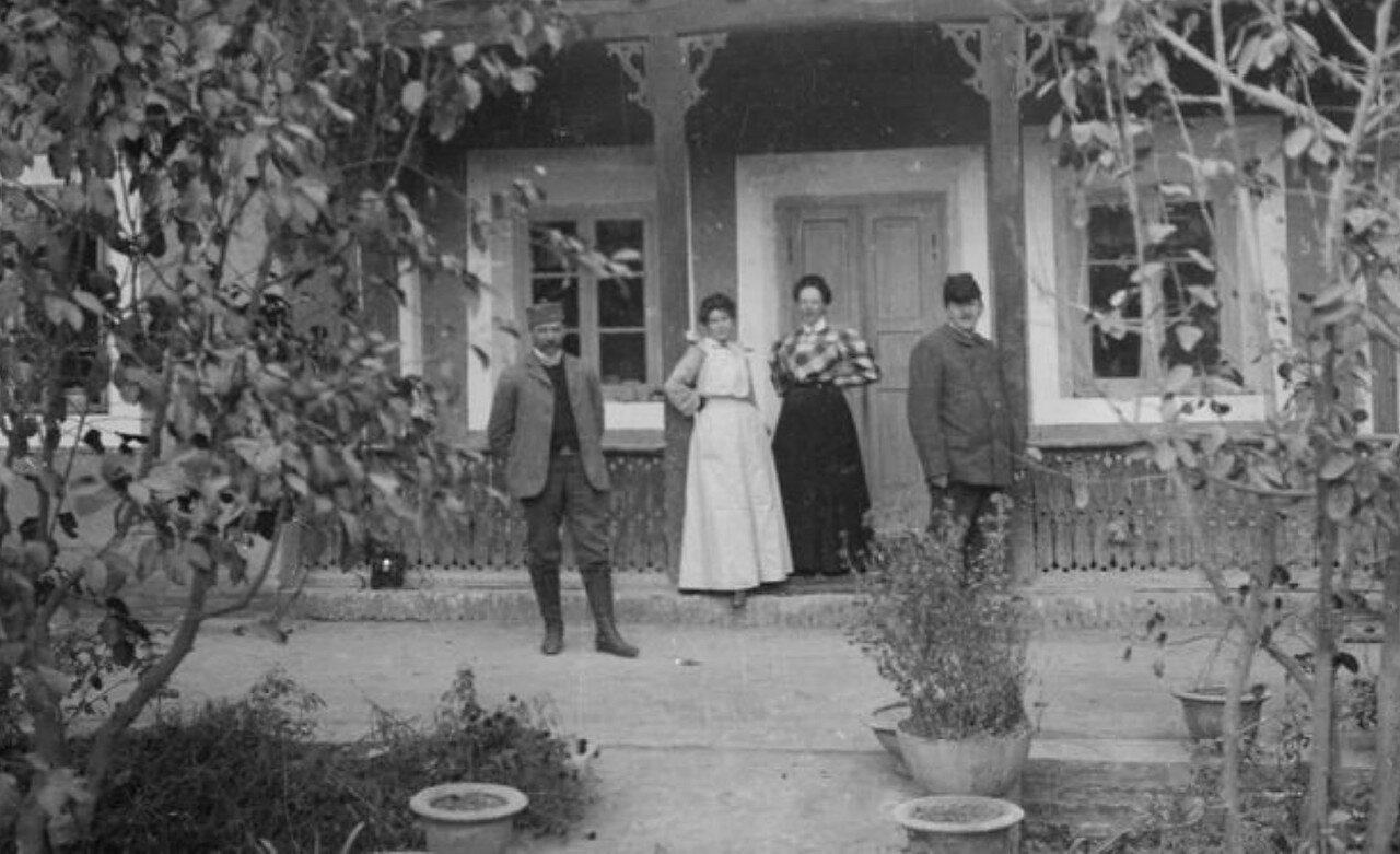 На крыльце дома Густава Ракета. на крыльце (справа налево) Ева и Адольф Ракеты, и г-жа Болин