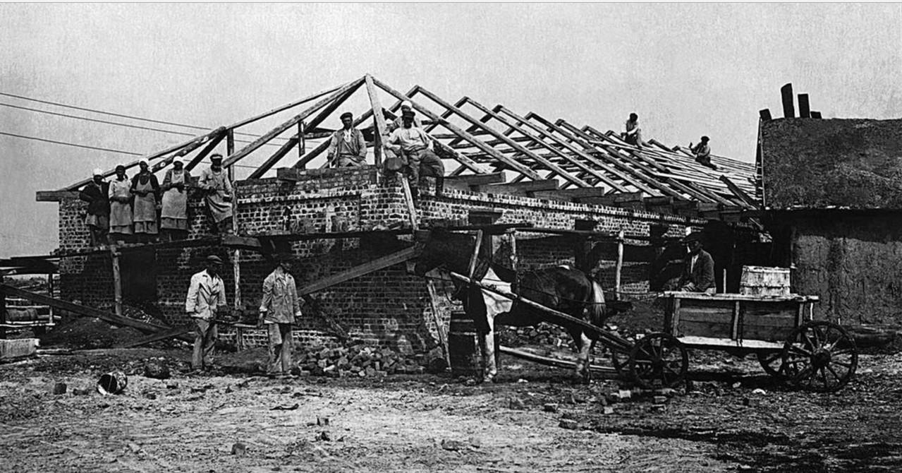 1928. Один из вновь образованных совхозов. Строительство жилья