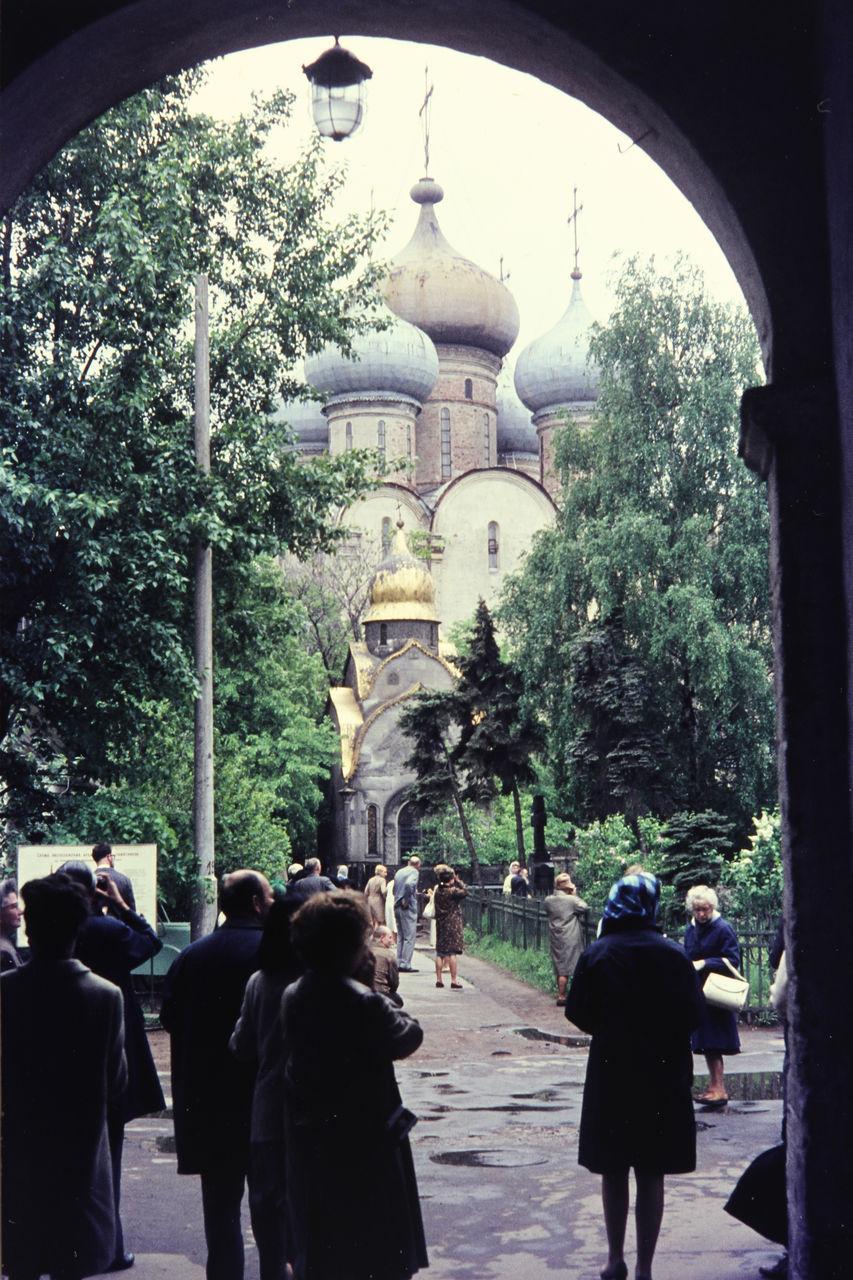 Вид через арку в Новодевичьем монастыре