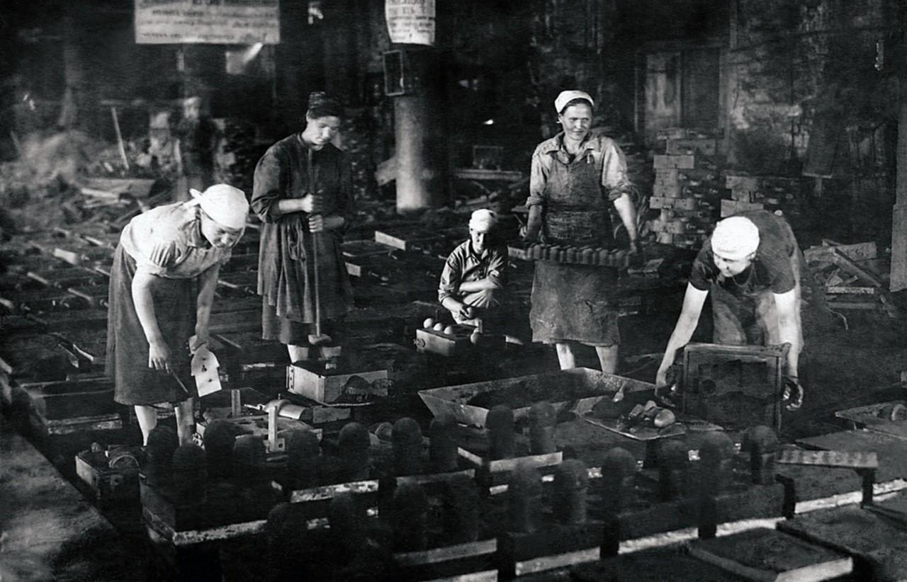 Усть-Катав. Вагоностроительный завод. Цех № 7. Члены комсомольско-молодежной бригады А. Бахарева. 1943
