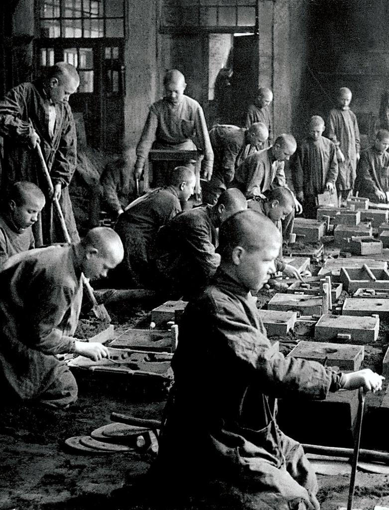 Челябинск. Ремесленное училище № 2. Учащиеся группы № 37 за формовкой изделий. 1942
