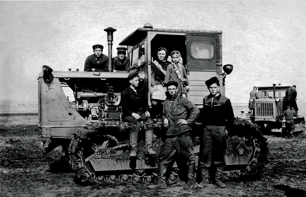 Бригада первоцелинников. Бригадир Александр Порфильевич Куликов (1954)
