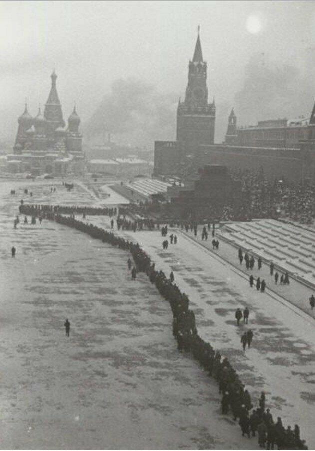 1940. Очередь в Мавзолей Ленина