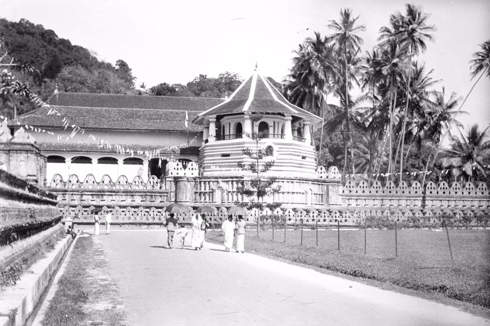 208. Храм Зуба Будды (Шри Далада Малигава) в Канди. Согласно традиционному верованию левый клык исторического Будды Сиддхартхи Гаутамы хранится здесь как реликвия