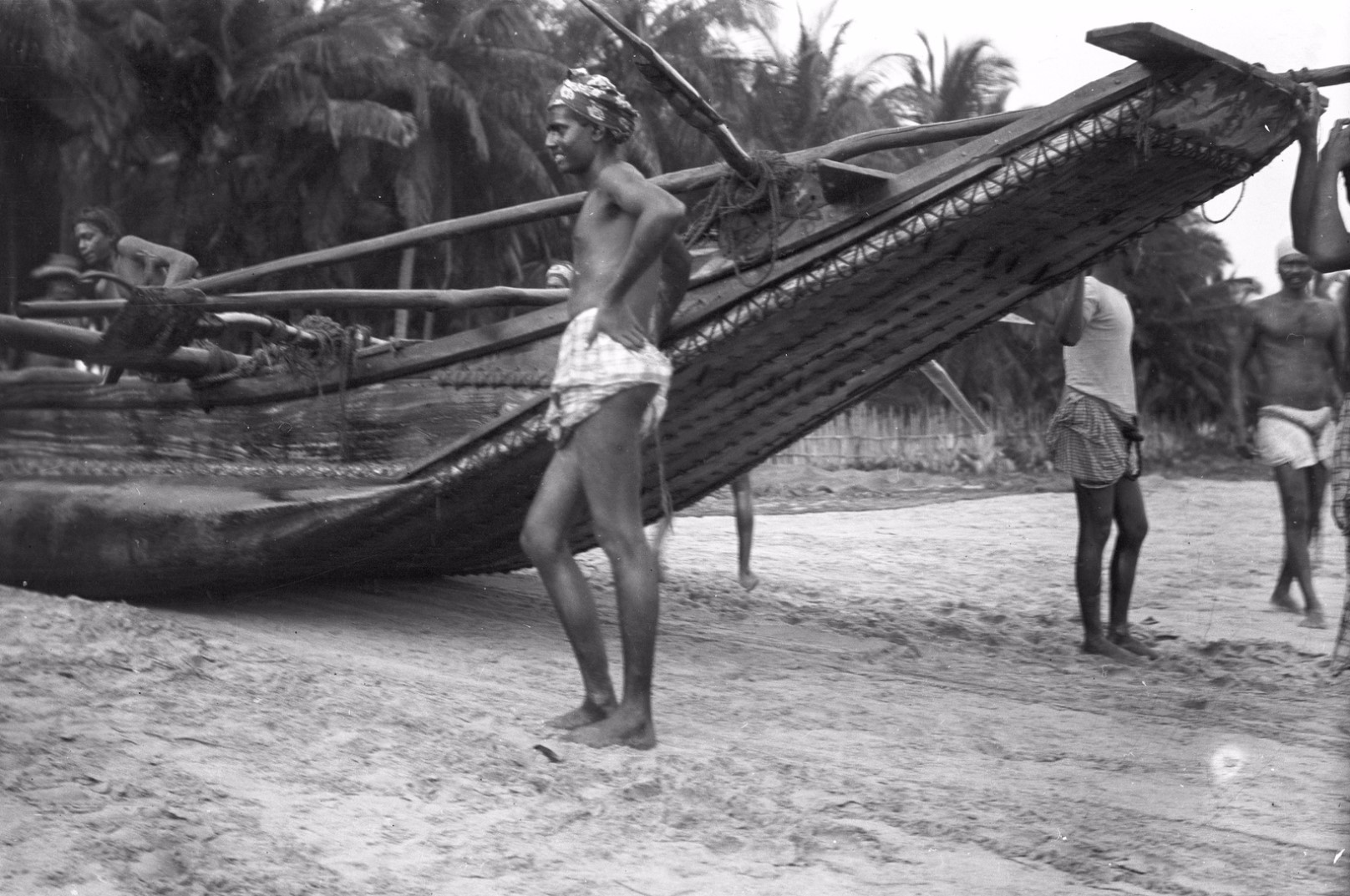 271. Калкуда. Мужчина перед лодкой на берегу