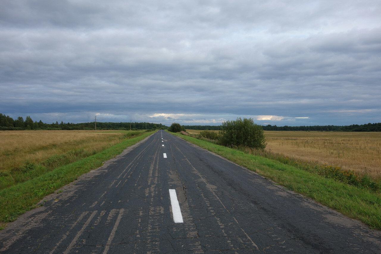 пустая дорога под вечер