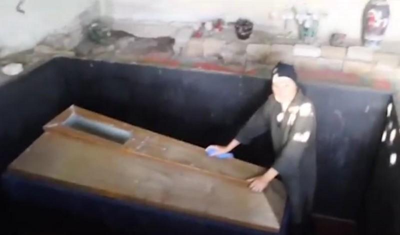 22 года женщина держит в подвале труп своего сына и спускается к нему каждый день