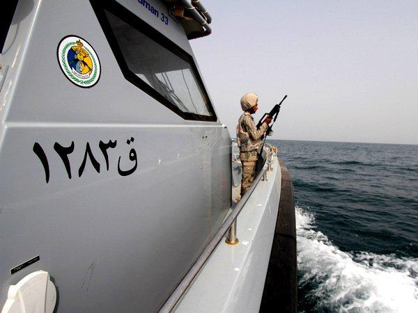 Иранские моряки нацелили оружие навоенный вертолет США