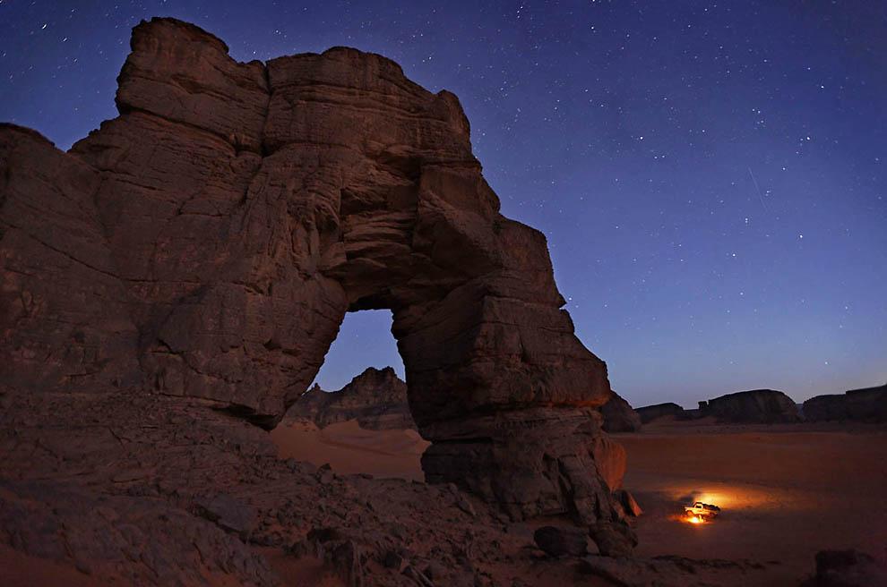 21. Арка Афозедзар – крупнейшая природная арка в южной части Акакуса. (George Steinmetz)