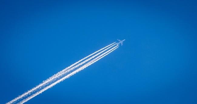 © pixabay  Эти белые линии внебе отсамолетов— просто следы конденсации. Вовремя полета дви