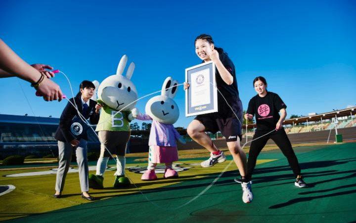 Эти молодые японки поставили рекорд по дабл-датчингу — командным прыжкам через две скакалки. За 30 с