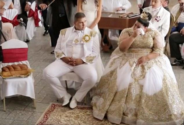 И сама невеста не может сдержать слез, ведь кто сказал, что богатые не плачут? В особенности в те мо
